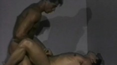 Buff gay amateurs throw off their towels and fuck on the bed